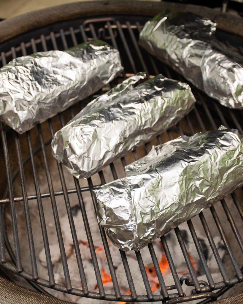 Làm nóng bánh mì thịt bò nướng cay ngọt trong các chuyến giã ngoại