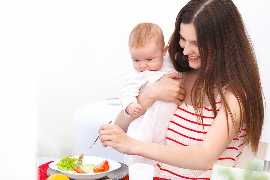 Bổ sung trái cây, rau xanh cho mẹ sau sinh