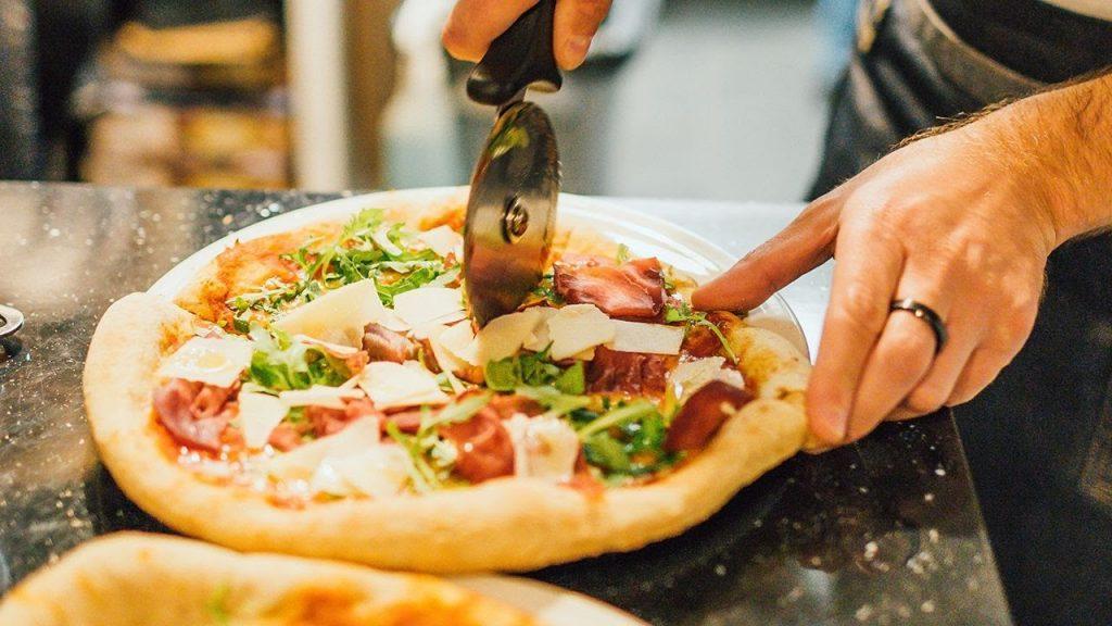 Chia bánh pizza thành từng miếng nhỏ