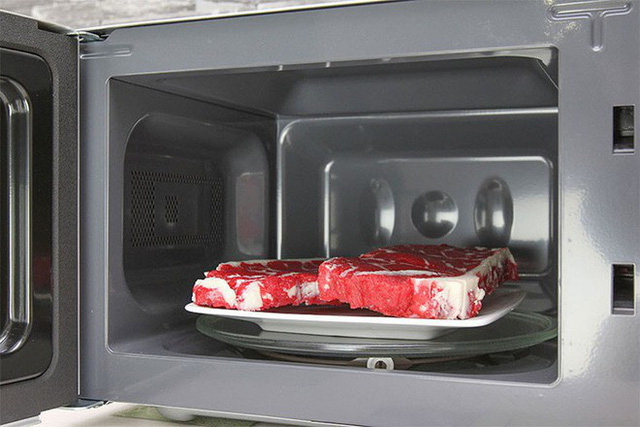 Dùng lo vi sóng để rã đông thực phẩm đông lạnh nếu cần chế biến luôn