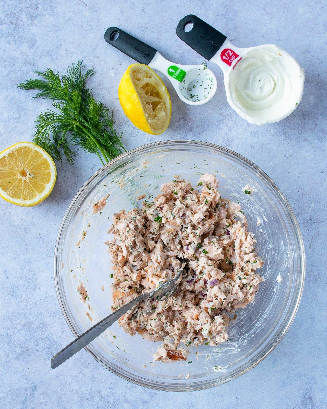 Trộn đều hỗn hợp làm salad cá hồi