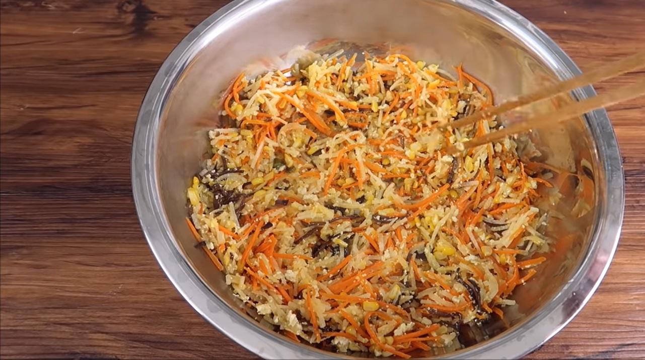 Trộn đều hỗn hợp khoai, củ sắn, cà rốt, mộc nhĩ, đậu xanh