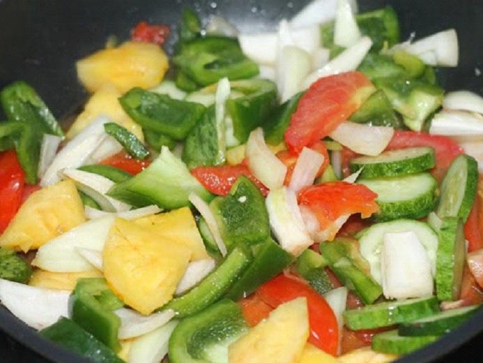 Chế biến rau củ cho món sườn