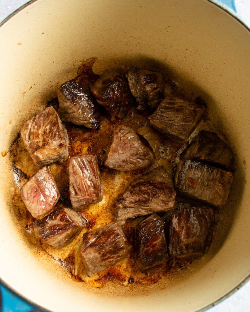 Làm chín thịt bò đến khi có màu nâu đẹp nhất