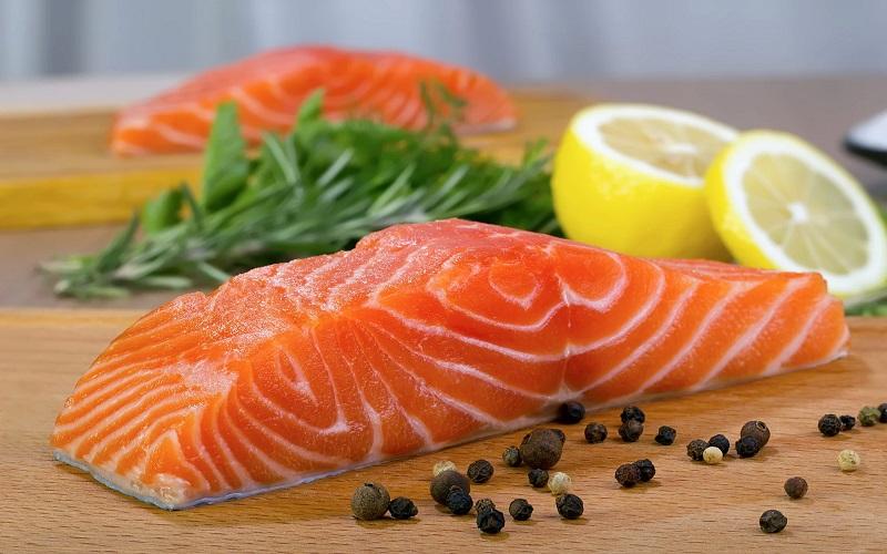 Một số loại cá như: Cá hồi cá ngừ,..và các hải sản khác như: Hàu, sò huyết,... đều rất giàu sắt