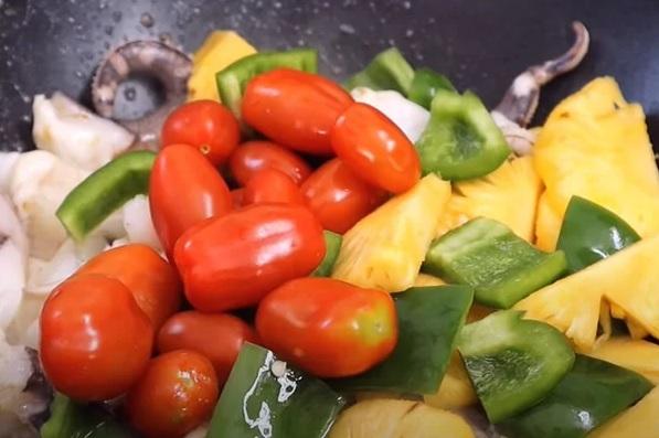 Xào mực với rau củ quả