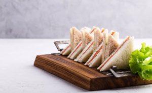 bánh mì kẹp cá hồi và kem trà phô mai