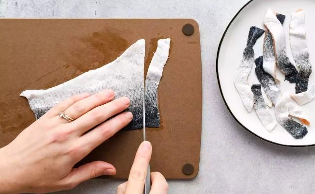 cắt da cá hồi với độ dày vừa phải
