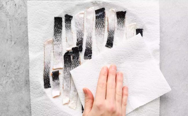 dùng khăn giấy lau khô cá hồi