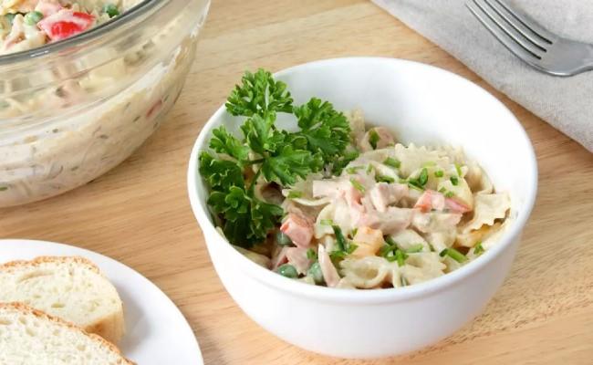 salad mì ống cá hồi