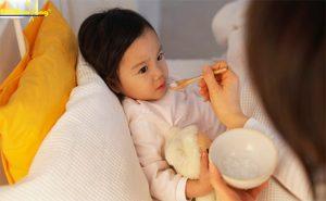 Trẻ bị ốm sốt nên ăn gì
